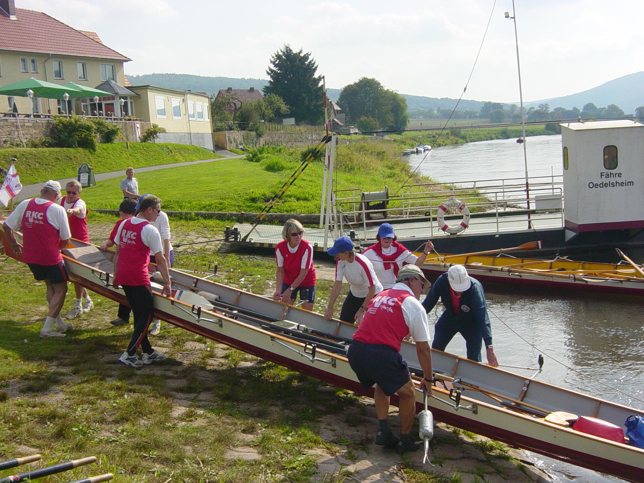 Das Boot wird zu Wasser gebracht.