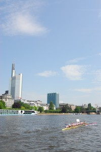 Ruderfest vor der Skyline in Mainhatten