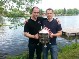 Matthias Burg (rechts) und Dr. Maik Feldmann (links) nach der Siegerehrung mit dem historischen Pokal